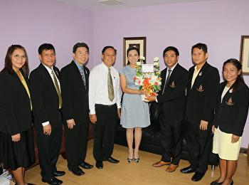 ผู้อำนวยการโรงเรียนสาธิต พร้อมคณะผู้บริหาร มอบช่อดอกไม้แสดงความยินดีแก่ รองศาสตราจารย์ ดร.ชุติกาญจน์ ศรีวิบูลย์ ที่ได้รับการแต่งตั้งให้ดำรงตำแหน่งรองอธิการบดีฝ่ายบริหารและได้รับตำแหน่งทางวิชาการ