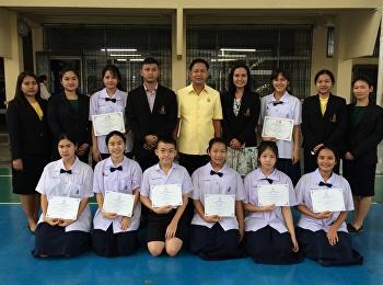 ผู้อำนวยการโรงเรียนสาธิต มอบเกียรติบัตรให้แก่นักเรียนที่ได้รับรางวัลและเข้าร่วมการแข่งขันโครงการประกวดเรียงความและประกวดวาดภาพชิงทุนการศึกษาประจำปี ๒๕๖๑ และเข้าร่วมแข่งขันภาษาไทยเพชรยอดมงกุฎ