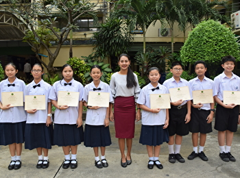 มอบประกาศนียบัตรให้กับนักเรียนที่ได้รับรางวัลการแข่งขันโครงการถ่ายทอดงานศิลป์กับศิลปินแห่งชาติ ปีที่ 15