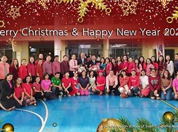 บุคลากรของโรงเรียนมอบกระเช้าของขวัญปีใหม่ให้แก่ ผู้อำนวยการ  และ นายกสมาคมผู้ปกครองและครูฯ