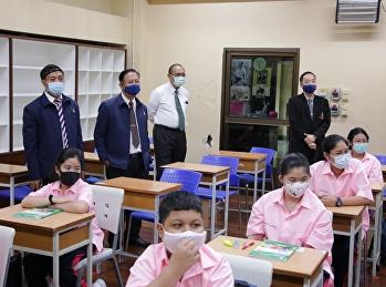 ผู้อำนวยการ พร้อมคณะผู้บริหาร ตรวจเยี่ยมโรงเรียน ในวันเปิดภาคเรียนวันแรก