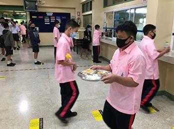 การรับประทานอาหารกลางวันของนักเรียน