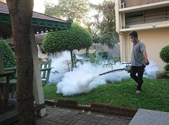 พ่นควันกำจัดยุงและแมลงบริเวณโรงเรียน